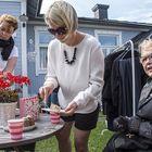 Jenny Antosen (vas.) ja Ida Nikkolan pihakirppikselle voi piipahtaa myös kahville ja kakulle. Raija Malén (oik.) on Anttlan pihakirppiksen kanta-asiakas.
