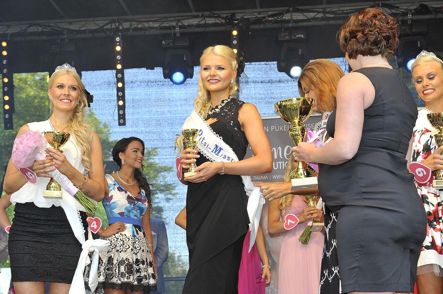 Jenni Peräinen on iloinen valinnastaan Pitsimissiksi. Vasemmalla toinen perintöprinsessa Carita Pesonen.