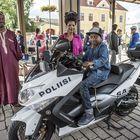 Raumalaiset Christian Desere Izere, Joseline Nshimirimana ja Elia Niyonkuru tutustuivat poliisin päivän antiin. Moottoripyörä oli erityisesti Elian mieleen.