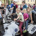 Jouni Takkinen tutustui poliisin päivään lastensa kanssa. Aatos , Taimi ja Inari ihastuivat mönkijään.