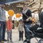 Teemu ja Essi Suonpää lähtivät avajaisiin lastensa Neean ja Lennin kanssa.