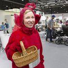 Lindexillä työskentelevä Sanna-Maria Talvio jakoi tikkareita makeannälkään.