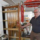 Olli Lönnberg esitteli entisen Lönnbergin saunan ja pesulan tiloja.