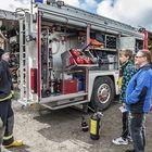 Tarja Korpelaa ja Oskari Lammista kiinnosti erityisesti mitä kaikkea paloautosta löytyy. Juha Sainio esittelee auton varustelua sammuttimista työkaluihin.