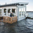 Juha-Matti Uusitalo pohdiskelee Merijakamon terassilla, paljonko vesi mahtaa vielä nousta.