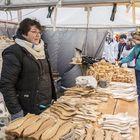 Loimaalainen Elina Koli myi markkinoilla muun muassa puisia leluja ja keittiövälineitä. Puulelut ovat Kolin mukaan uudessa nosteessa.