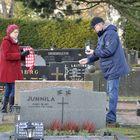 Riitta ja Kai Salminen piipahtivat hautausmaalla ennen joulurauhan julistusta.