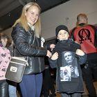 Veeti Koskelainen Lempäälästä oli saanut konserttilipun joulupukilta. Äiti Tiina mukana kuljettajana.