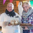 Kaffila Kainun emäntä Leea Valkonen ja auttamaan saapunut sisko Laura Valkonen-Jauramo nauttivat pop up -ravintolan pitämisestä.