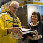 Keijo Jalonen tutustui  tulevaan lehtikokoon asiakkuuspäällikkö Tiina Rintasen kanssa.