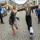 Toiseksi kapulaviestissä tulleiden Dansseur Highlights -tiimin Eevi Seikkulan ja Tomi Salmisen tyylikäs vaihto. Kuva: Esa Urhonen