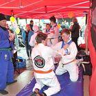Fudoshin Rauman Valtteri Vartio (vas.) ja Jake Cederberg näyttivät toritapahtumassa mallia, kuinka judoliikkeet sujuvat. Kuva: Juha Sinisalo