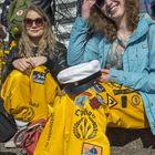 Henriika Lehtonen ja Aino Oja nauttivat vappuaaton auringosta.