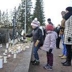 Heikki, 7, ja Helli, 4, saivat laskea kynttilät vanhempien Maiju ja Pasi Kaitalan katsellessa taustalla. Kuvat: Juha Sinisalo