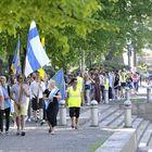 Lukiolaiset marssivat Kanalin vartta kohti Otan koulua.