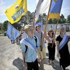 Matkaan oli otettu myös liput, jotka viestittivät kaukaa, että kulkue on tulossa.