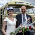 Henrika Sookari sai kyydin juhlapaikalle sukunsa linja-autoyhtiön entisöidyllä vuoden 1959 Mercedes-Benz -autolla. Kuskina toimi isä Harry Sookari.