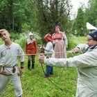 Hermanni Jakonen opastaa Birgit Mäkistä nuolella ampumisen saloihin.