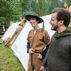 Antti Ylimartimo (vas.) ja Jonas Fagerlund kkuuluvat Oudin´s Guardiin, joka esittää taistelunäytöksiä.