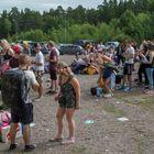Kappelinsalmen telttamajoitukseen odottavien jono perjantaina noin kello 13.45.