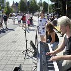 Helmi Koivisto, Roosa Kotilainen ja Jarmo Saarni kokeilivat ensimmäistä kertaa katusoittoa.
