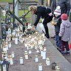 Muualle haudattujen muistelupaikalle oli jo aamupäivällä laskettu kymmeniä kynttilöitä.