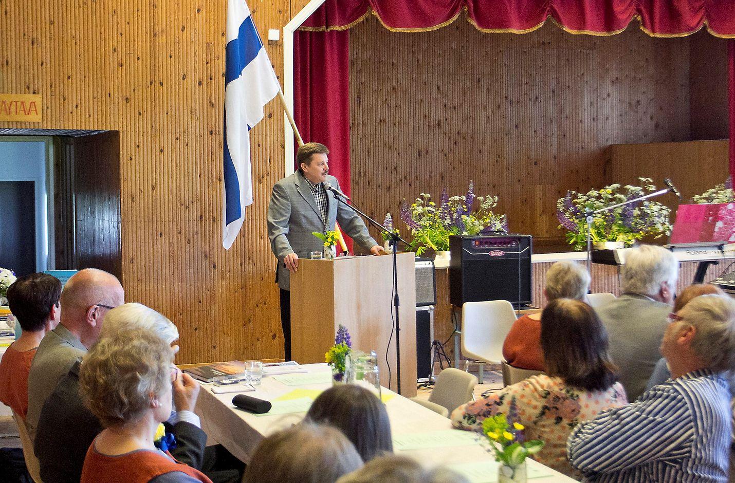 Pääjuhlan juhlapuheen piti Köyliössä koulunsa käynyt liikuntalääketieteen professori Urho Kujala. Hän muisteli Köyliötä lämmöllä. Kuva: Simo Nummi