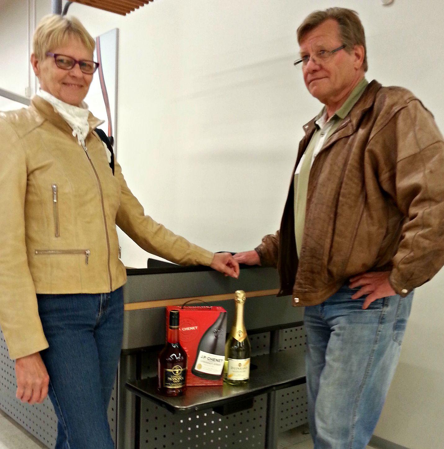 Seija ja Tero Nordvall viettävät juhannusta kotona grilliruuasta ja hyvästä seurasta nauttien.