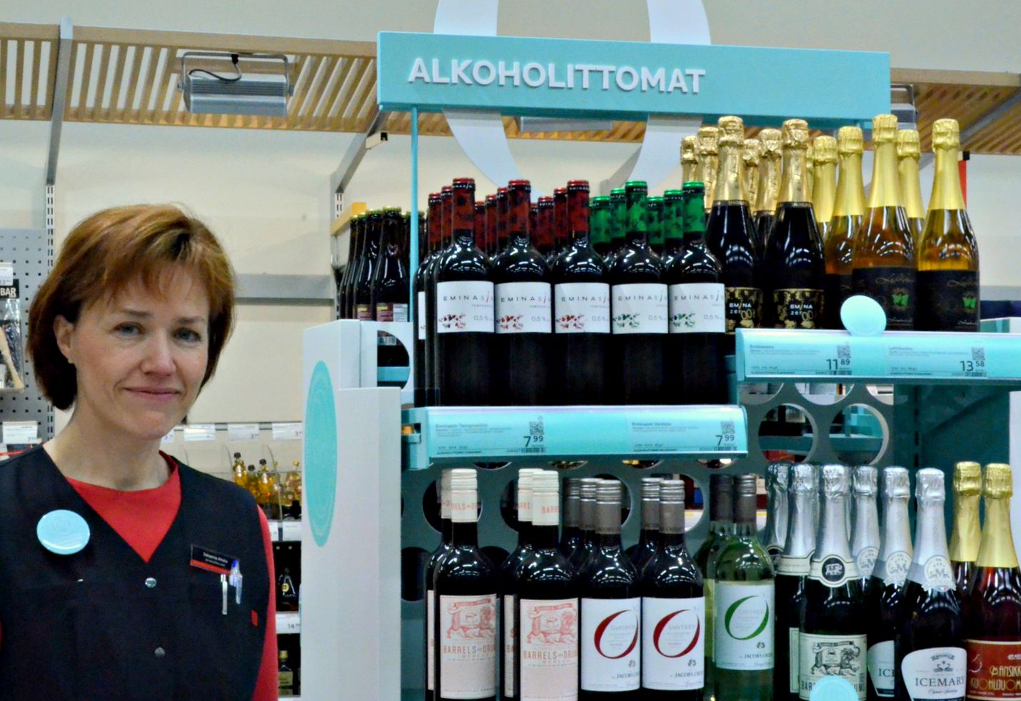 Alkoholittomat tuotteet ovat Alkossa hyvin esillä. Myymäläpäällikkö Johanna Ahola kertoo, että alkoholittomiakin juomia on juhannuksen alla kyselty.