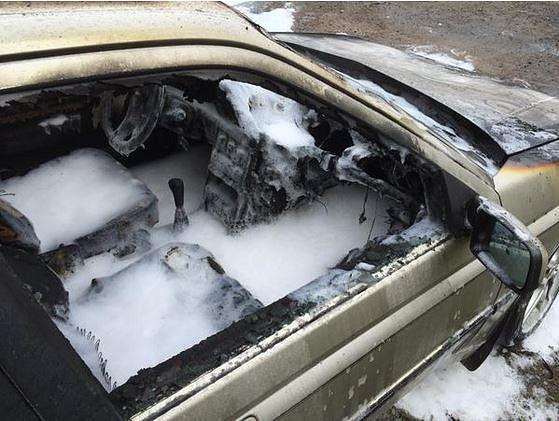 Palokunta taltutti auton liekit vedellä ja vaahdolla. Kuva: Satakunnan pelastuslaitos, Rauma