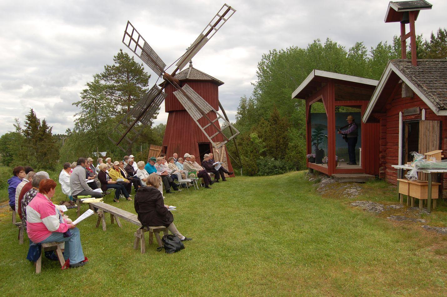 Lahdenvainion Myllymäellä vietettiin juhannuspäivänä perinteisiä juhannusjuhlia yhteislaulun merkeissä. Kuva: Elina Lammela