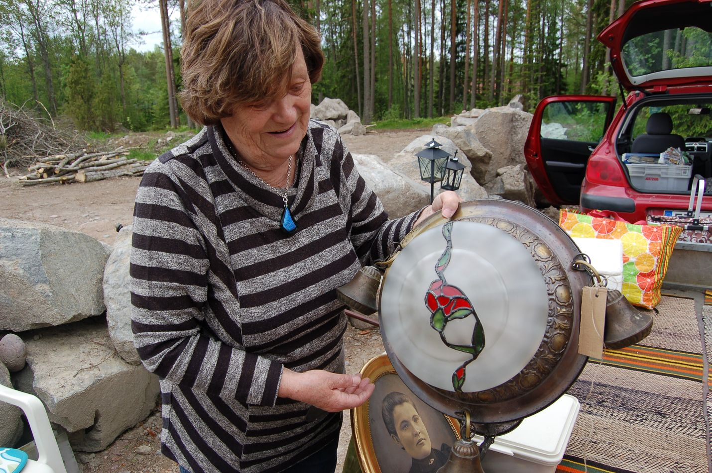 Ritva Salminen oli tuonut myyntiin muun muassa lampun, jota oli itse entisöinyt. Kuva: Elina Lammela