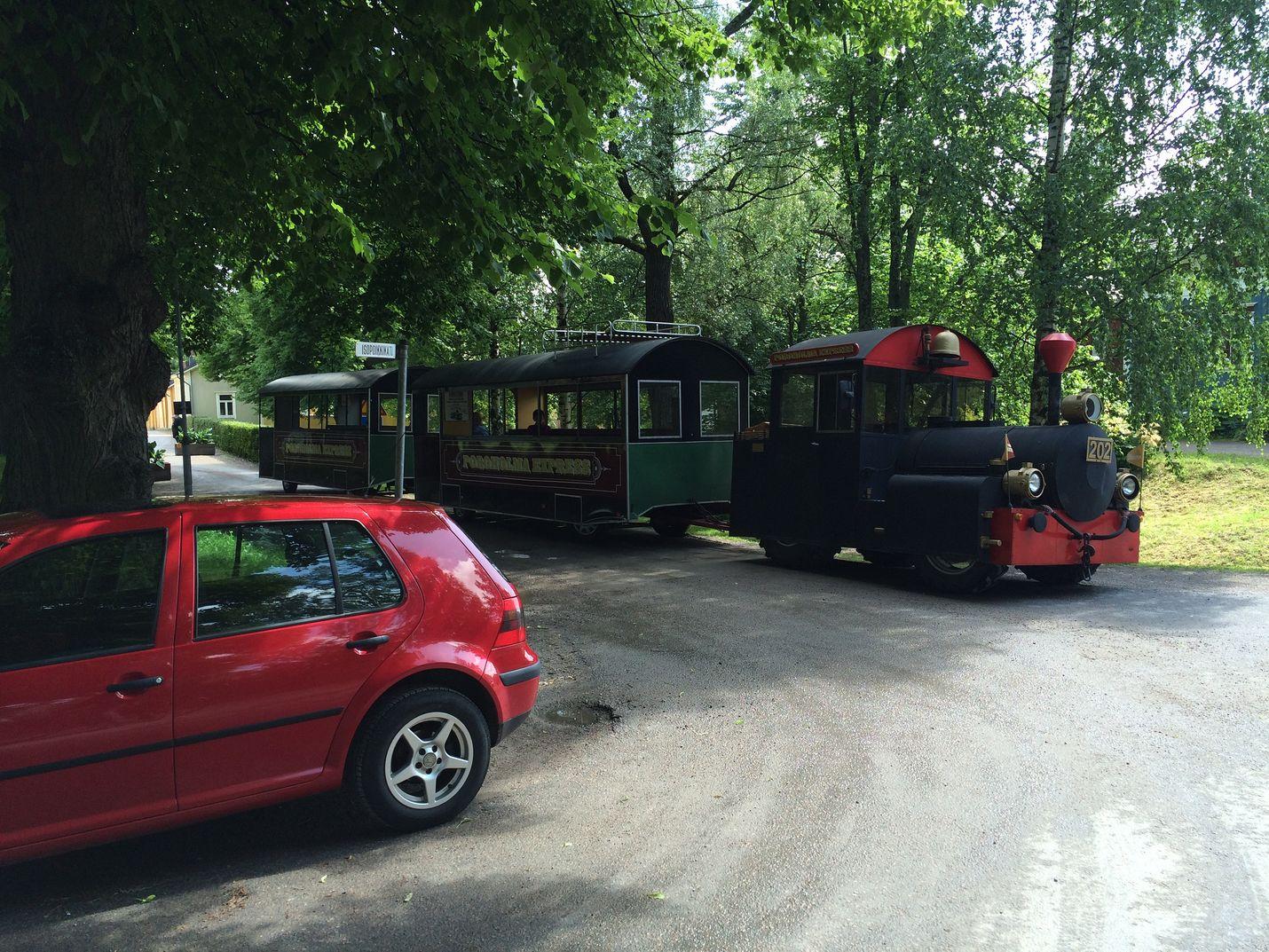 Kaupunkijuna seisoi tunnin paikoillaan väärin risteysalueelle pysäköidyn auton vuoksi. Kuva: Jussi Hietikko