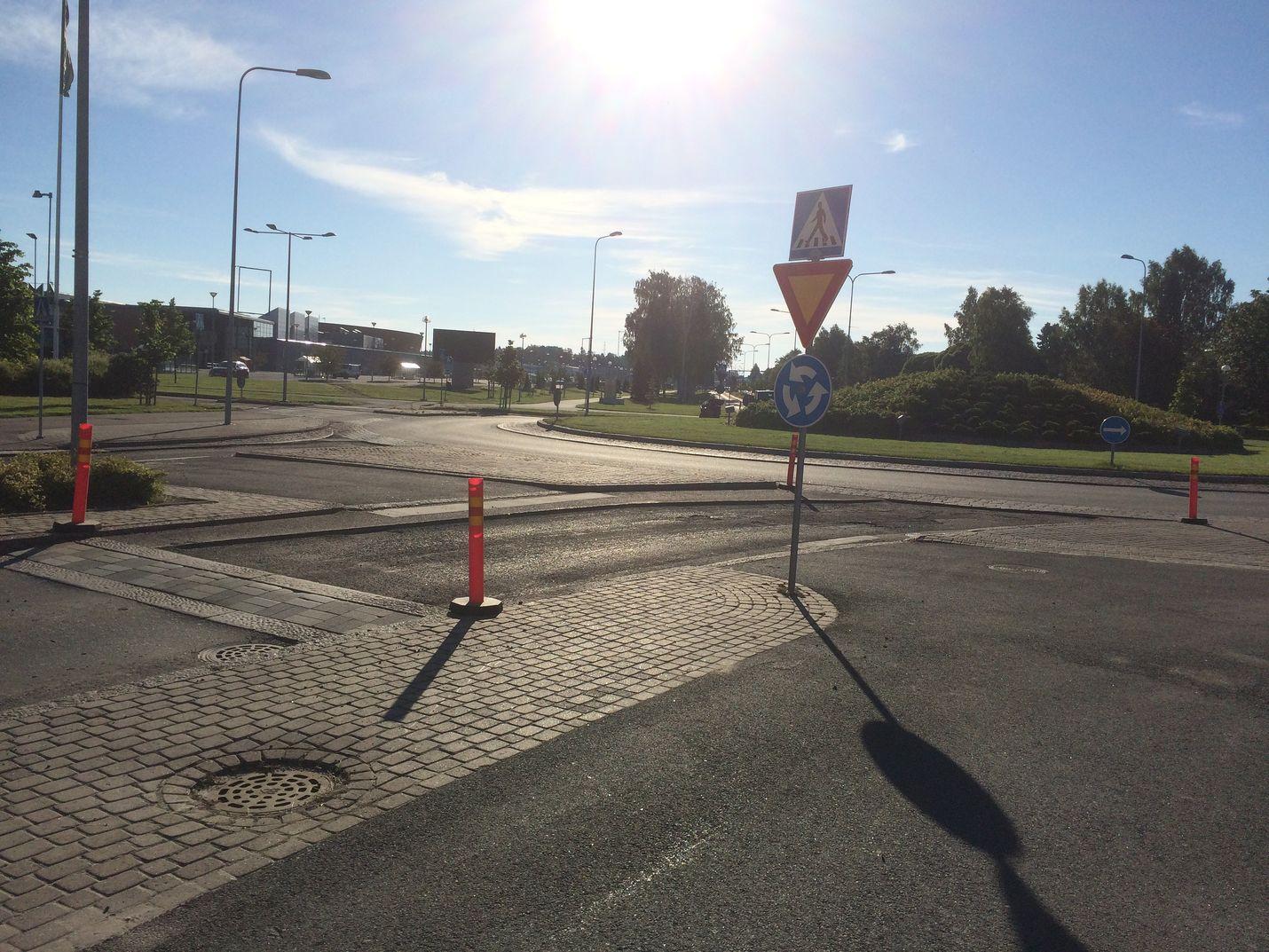 Tallikedon ABC:n viereinen liikenneympyrä näytti perjantaina aamutuimaan tältä. Kuva: Maija Männistö