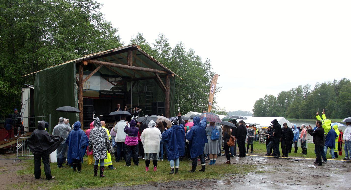 Arttu Wiskaria fiilisteltiin lavan edessä sateesta huolimatta. Kuvat: Henriikka Korte