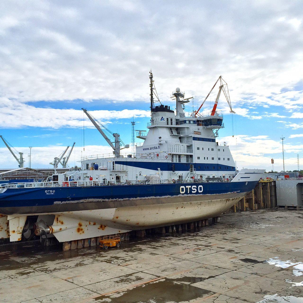 Otso avustaa Grönlannissa seismologista tutkimustyötä tekevää alusta.