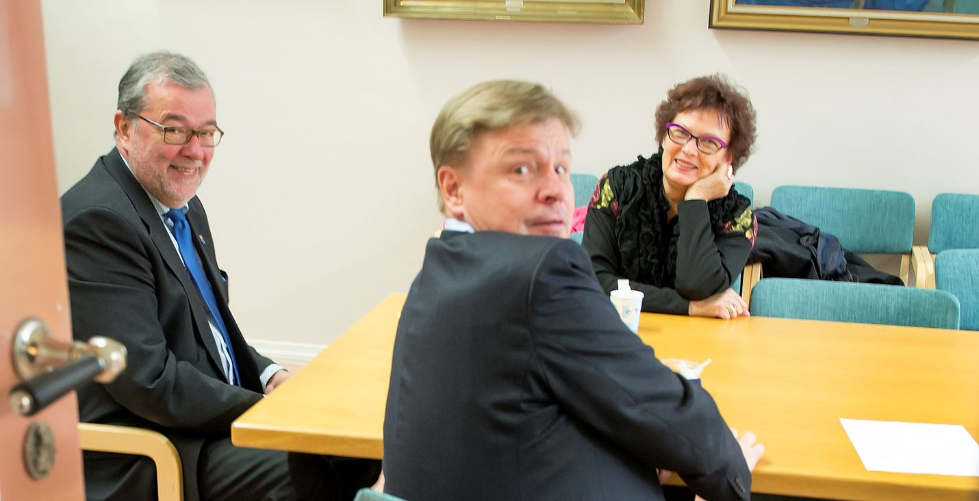 Jyrki Santala (vas) on käyttänyt paljon aikaa Rauman kaupungin luottamustehtäviin.