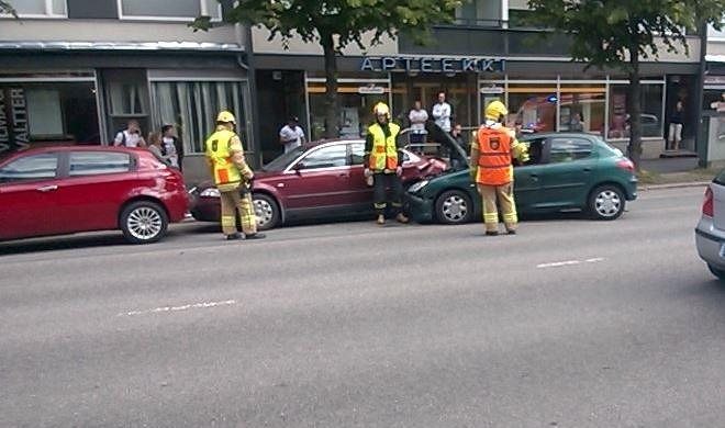 Henkilöauto törmäsi pysäköityyn autoon Syväraumankadulla. Lukijan kuva: Raimo Vahanto