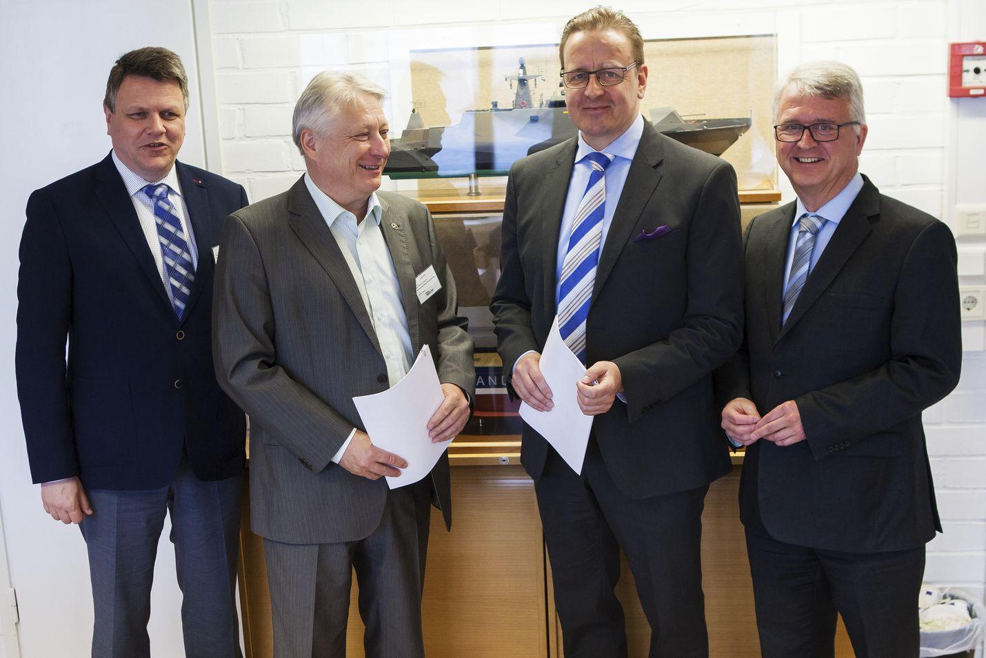Sopimus syntyi. Millogin toimialajohtaja Risto Pullinen ja toimitusjohtaja Aarne Nieminen sekä RMC:n toimitusjohtaja Heikki Pöntynen ja myyntijohtaja Håkan Enlund.