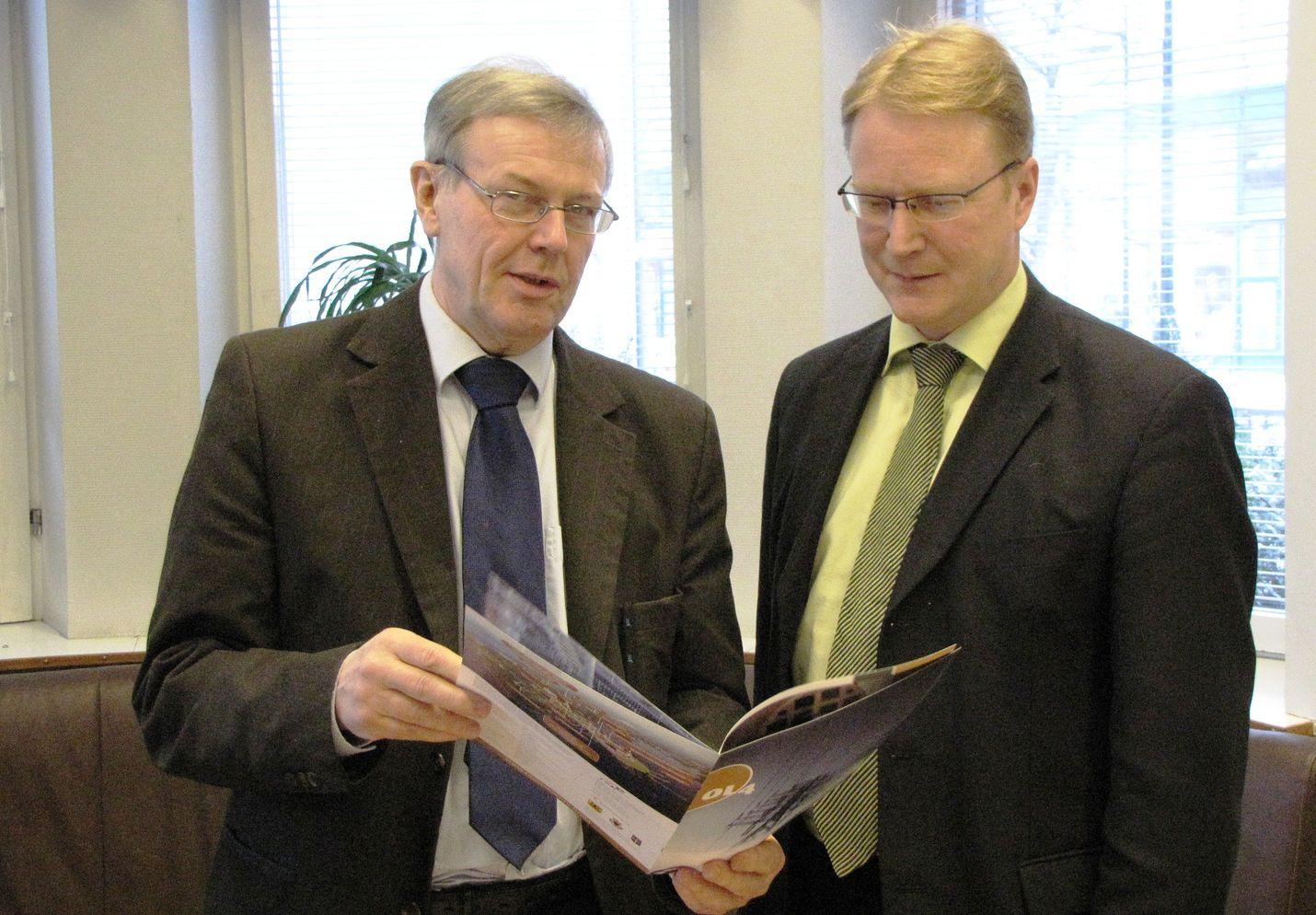 Rauman kauppakamarin toimitusjohtaja Jaakko Hirvonsalo (vas) ja Eurajoen kunnanjohtaja Harri Hiitiö lobbasivat OL4-hanketta vuonna 2009. Luvan TVO saikin, mutta se umpeutuu ensi viikolla.