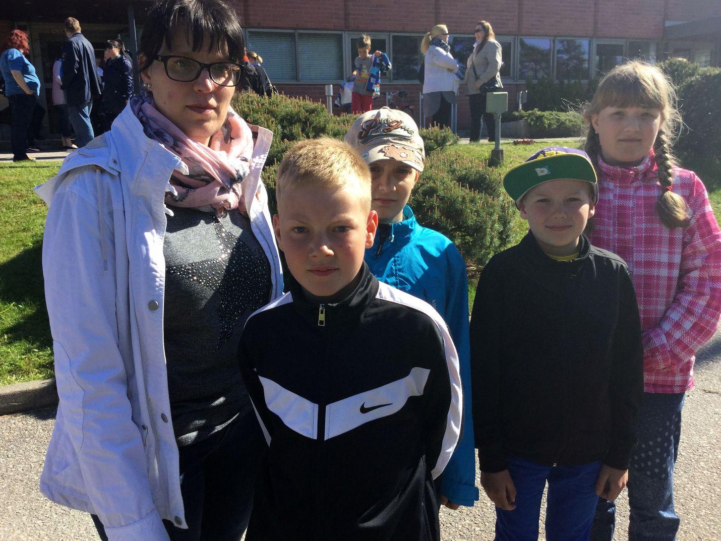Sanna Lautakari, Vilho Lautakari, Eino Lautakari, Juuli Niemimaa ja Aukusti Niemimaa siirtyivät toimituksesta nimikirjoitusjonoon.