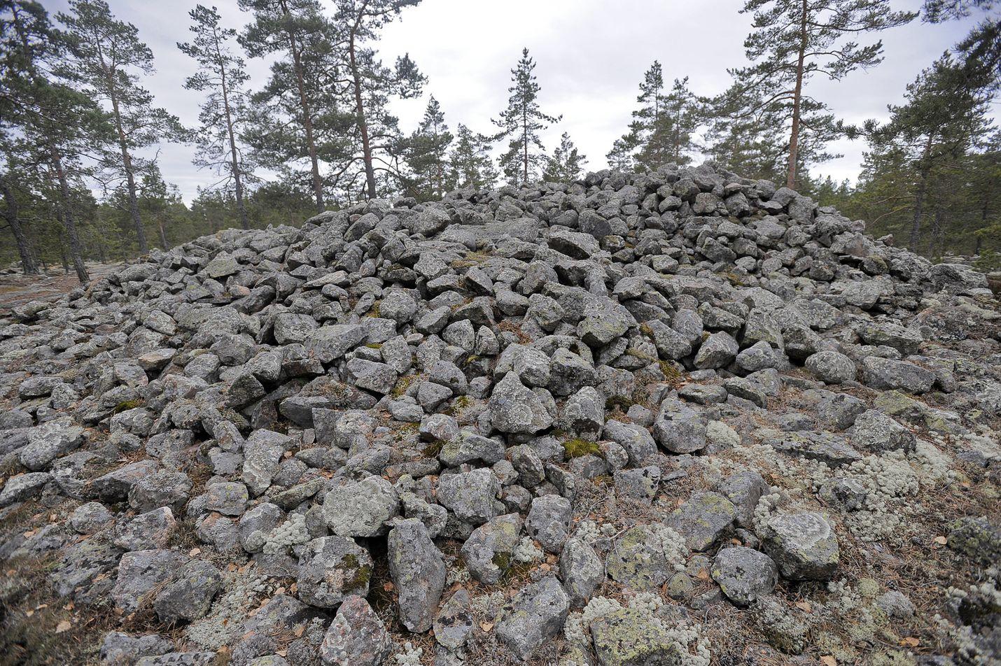 Sammallahdenmäellä kannattaa vierailla heinäkuussa, jolloin siellä päivystää opas. Kuva: LS-arkisto/Pekka Lehmuskallio