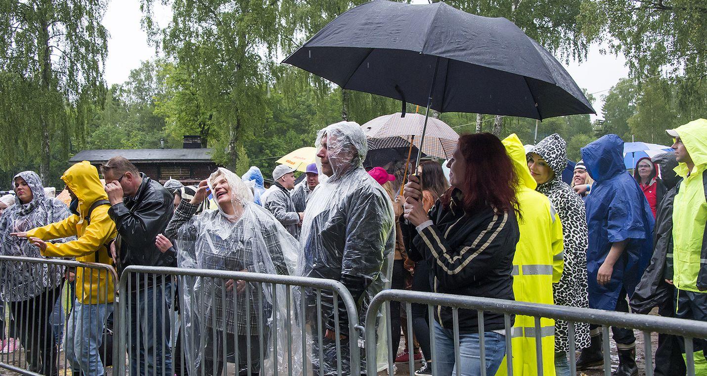 Sadeviitat tulivat tarpeeseen juhannuksen juhlinnassa. Kuva: Esa Urhonen