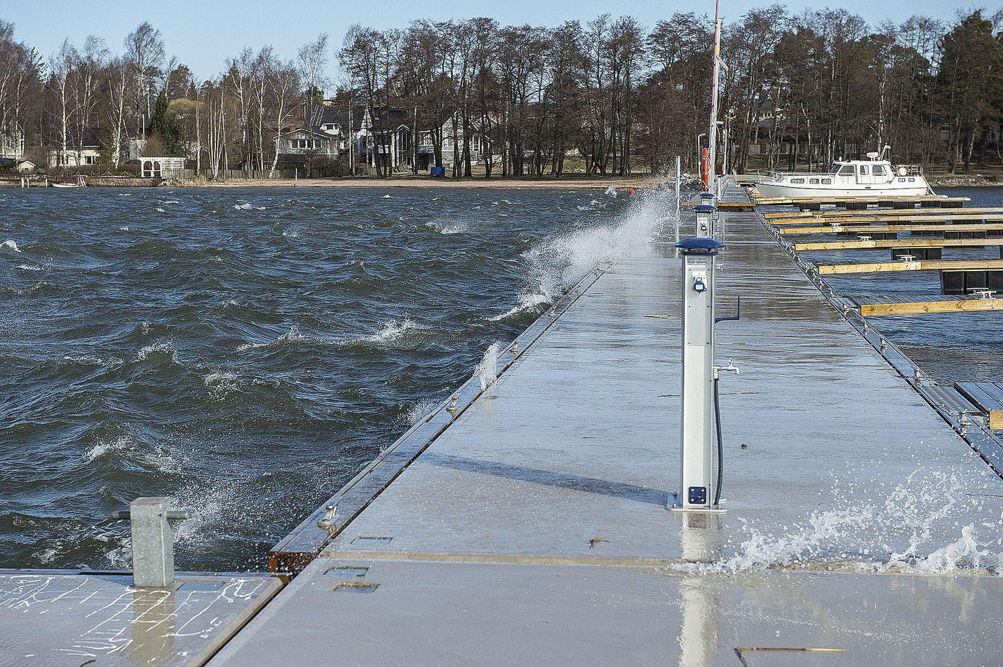 Tuuli sekoitti Syväraumanlahtea huhtikuussa.  Kuva: LS-arkisto/Pekka Lehmuskallio