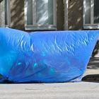 Tuulen voimasta syntynyttä kaupunkitaidetta Syväraumankadulla. Mitä peitteen alle onkaan laitettu?  Kuvat: Juha Sinisalo