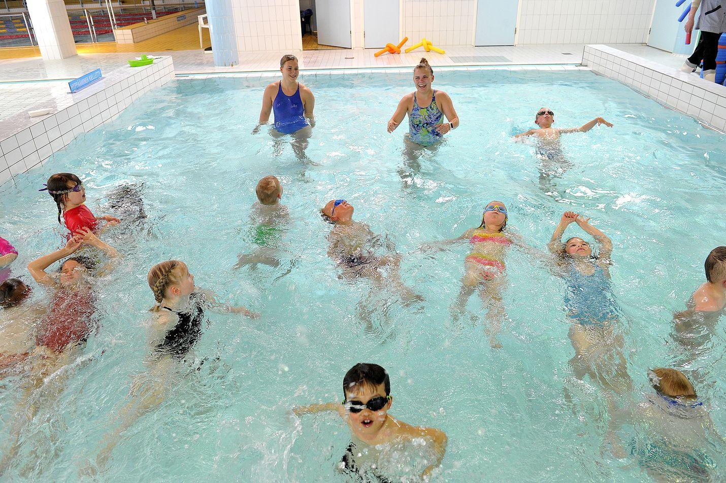 Sofia Sahlberg ja Kerttu Soinila vetivät kaupungin uimakouluryhmää lapsille maanantaina Rauman uimahallissa. Tässä alkeis- ja alkeisjatkoryhmässä pulikoi yhteensä parikymmentä uimamaisterinalkua. Kuva: Juha Sinisalo
