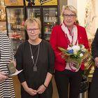 Anna Maikola (vas.), Päivi Lehtonen ja Veikko Boman olivat otettuja vapaaehtoistyön saamasta mitalista.