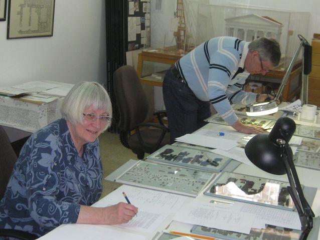 Maarit ja Jorma Kaimio tutkimassa Petran papyruksia Ammanissa (American Center of Oriental Research). Kuva: Barbara Porter.