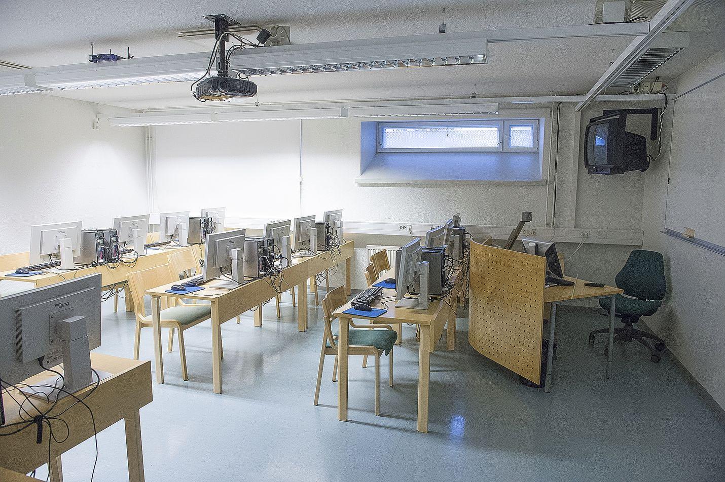 Suomen peruskouluissa ja lukioissa kesäloma alkaa viikon 22 lauantaina eli vuodesta riippuen joko toukokuun lopussa tai kesäkuun alkupäivinä. Luokat pysyvät tyhjinä aina elokuun puoleenväliin saakka.