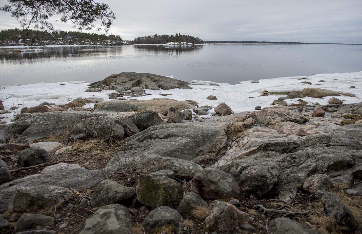 Merenranta pysyy edelleen vapaana seutuna Rauman Maanpäässä, vaikka osa kaava-alueen maista on nyt osoitettuna teollisuuden laajenemismahdollisuuksiin. Tuomioistuin asettui ratkaisussaan kaavoittajan eli Rauman kaupungin kanssa samoille kannoille.